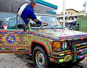 اسلام آباد: وفاقی دارالحکومت میں آرٹسٹ ٹرک پر پینٹنگ بنانے میں مصروف ..