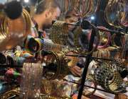 راولپنڈی: عید کی تیاریوں میں مصروف خواتین موتی بازار جیولری خرید رہی ..