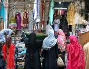 حیدر آباد: خواتین سڑک کنارے لگے سٹال سے کپڑے خرید رہی ہیں۔