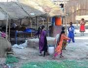 ملتان: خانہ بدوش خواتین پینے کے لیے پانی بھر کر لیجا رہی ہیں۔
