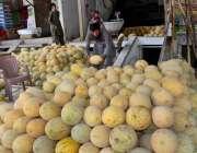 ملتان: دکاندار نے گاہکوں کو متوجہ کرنے کے لیے موسمی پھل(گرما) سجا رکھا ..