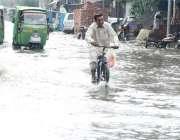 لاہور: شہر میں ہونے والی موسلا دھار بارش کے بعد مزنگ کے علاقہ میں بارش ..