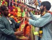 پشاور: شہری ایک دکان سے موشیوں کے بنائے سنگھار کی اشیاء پسند کر رہا ..
