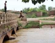 سرگودھا: گرم اور مرطوب موسم کے دوران بچے نہر میں کودتے اور نہاتے۔