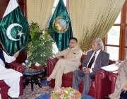 پشاور: گورنر کے پی شاہ شاہ فرمان اقلیتی پارلیمنٹیرین سے گفتگو کر رہے ..