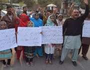 لاہور: شاد باغ کے رہائشی بجی کی بازیابی کے لیے پریس کلب کے باہر احتجاج ..