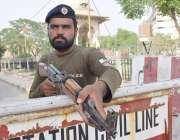 لاہور: پولیس اہلکار پنجاب اسمبلی کے اجلاس کے موقع پر داخلی راستے پر ..