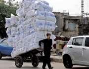 راولپنڈی: گنجمنڈی روڈ پر ایک محنت کش ہتھ ریڑھے پر اوور لوڈ سامان کئے ..