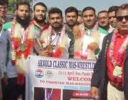 لاہور: ریسلنگ چمپئن شپ برازیل سے گولڈ میڈل جیت کر آنے والے پاکستانی ..