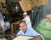 راولپنڈی: محنت کش اپنی ورکشاپ میں کرسی بننے میں مصروف ہے۔