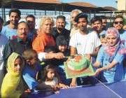 پشاور: عالمی ٹیبل ٹینس ڈے کی مناسبت سے منعقدہ تقریب کے موقع پر کیک کاٹا ..
