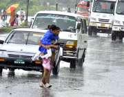 اسلام آباد: وفاقی دارالحکومت کا تجربہ کرنے والی ایک خاتون بارش کے دوران ..
