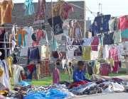 ملتان: سڑک کے کنارے فروش گاہکوں کو راغب کرنے کیلئے کپڑوں کی مختلف اقسام ..