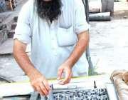 اسلام آباد: دکاندا گاہکوں کو متوجہ کرنے کے لیے کھوئے کی قلفیاں تیار ..