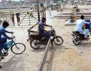 حیدر آباد: موٹر سائیکل سوار شارٹ کٹ راستہ اپناتے ہوئے خطرناک انداز ..