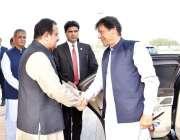 لاہور: وزیر اعظم عمران خان کا وزیر اعلیٰ پنجاب سردار عثمان بزدار استقبال ..