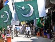 راولپنڈی:14اگست کی تیاریوں کے سلسلے میں دکانداروں نے جھنڈے اور دیگر ..