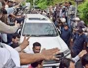 لاہور: قائد حزب اختلاف حمزہ شہباز کی گاڑی کو لیگی کارکنوں نے گھر رکھا ..