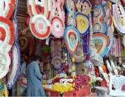 راولپنڈی: دکاندار گاہکوں کو متوجہ کرنے کے لیے پھول سجا رہاہے۔