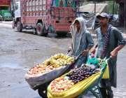 اسلام آباد: ریڑھی بان پھیری لگا کر موسمی پھل فروخت کررہے ہیں۔
