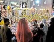 راولپنڈی: موتی بازار میں خواتین عید کے لیے جیولری خرید رہی ہیں۔