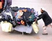 راولپنڈی: ریڑھی بان پھیری لگا کر گرم کپڑے فروخت کر رہاہے۔