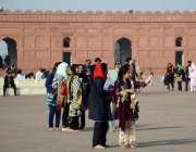 لاہور: باشاہی مسجد کی سیر کی لیے آئی لڑیاں سیلفی بنار ہی ہیں۔