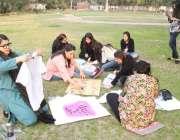 لاہور: خواتین کے عالمی دن کی مناسبت سے لڑکیاں پلے کارڈ تیار کررہی ہیں۔