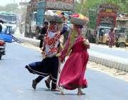 حیدر آباد: خانہ بدوش خواتین خطرناک انداز سے سڑک کراس کر رہی ہیں جو کسی ..