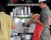 راولپنڈی: دکاندار مشین سے گنے کا رس نکالنے میں مصروف ہے۔
