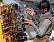راولپنڈی: محنت کش روڈ کنارے سٹال لگائے عینکیں صاف کرنے میں مصروف ہے۔