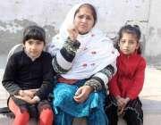 پشاور: نوشہرہ کی رہائشی بی بی زینب اپنی بیٹیوں کے ہمراہ اعلیٰ حکام سے ..