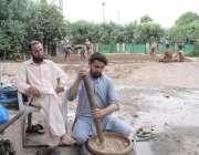 لاہور: مسلم ہیلتھ کلب اکھاڑہ میں پہلوانوں کے لیے باداموں کی سردائی ..