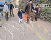 لاہور: تحریک انصاف کے مرکزی رہنما عبدالعلیم خان کی پیشی کے موقع پر راستوں ..