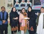 پشاور: رکن صوبائی اسمبلی ڈاکٹر سمیرا شمس کھلاڑیوں میں تعلیمی سکالر ..