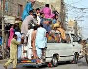 لاڑکانہ: شہری مسافر وین کی چھت پر سوار ہو کر سفر کر رہے ہیں جو کسی حادثے ..