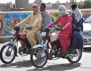 لاڑکانہ: موٹر سائیکل سوار گرمی اور دھوپ کی شدت سے بچنے کے لیے منہ پر ..