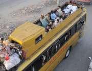 راولپنڈی: عید اپنے پیاروں کے ساتھ منانے کے لیے جانیوالے مسافر بس کی ..