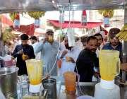 حیدر آباد: شہری بڑی تعداد میں ایک دکان سے تازہ جوس پی رہے ہیں۔