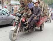 لاہور: محنت کش رکشے پر سامان اوور لاڈ کر کے لیجا رہا ہے۔