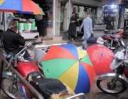 راولپنڈی: موٹرسائیکل سوار نے بارش سے بچنے کیلئے برساتی پہن رکھی ہے۔