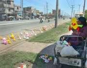 فیصل آباد: معذور محنت کش گاہکوں کو متوجہ کرنے کے لیے سڑک کنارے کھلونے ..