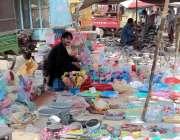 چینیوٹ: ایک دکاندار سستا بازار میں پلاسٹک سے بنے ہوئے برتنوں کو فروخت ..