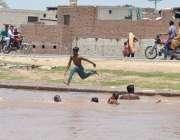 ملتان: نوجوان گرمی کی شدت سے بچنے کے لیے نہر میں نہا رہے ہیں۔