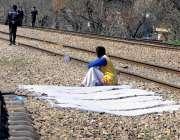 راولپنڈی: مریڑ ریلوے ٹریفک کے قریب ایک ڈھولچی نے کپڑے خشک ہونے کے لیے ..