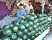 اسلام آباد: دکاندارنے گاہکوں کو متوجہ کرنے کے لیے تربوز سجا رکھے ہیں۔