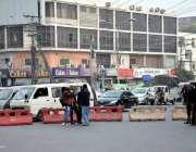 لاہور: پریس کلب کے باہر احتجاج کے باعث رکاوٹیں کھڑی کر کے ٹریفک کو متبادل ..