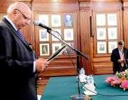 لاہور: گورنر پنجاب چوہدر محمد سرور گورنر ہاؤس میں منعقدہ تقریب میں ..
