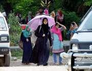 راولپنڈی: یو نیورسٹی طالبات دھوپ سے بچنے کیلئے چھتری تا نے گاڑی کا انتظار ..