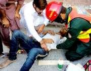 راولپنڈی: ریسکیو اہلکار ٹریفک حادثے کا شکار ایک شخص کو طبی امداد دے ..